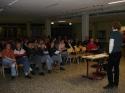 Die Eltern der Ruderriegenmitglieder lauschen in der gut gefüllten Pausenhalle den Ausführungen von Trainer Andreas Puppe.
