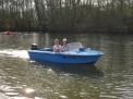Trainerin Julia Heckmann fährt mit Gert Westdörp auf den Kanal, um dort Fotos von den Anfängern zu machen.