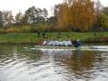 Tobias Nave mit acht Jungen auf dem Kanal.