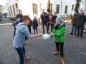 Rasieren eines Luftballons.