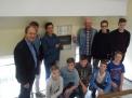 Schulleiter Helmut Brandebusemeyer und Protektor Peter Tholl freuen sich gemeinsam mit einigen Ruderern über die Rückkehr der Plakette.
