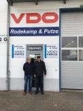 Geschäftsführer Carsten Wulff und Peter Tholl vor dem Firmeneingang.
