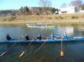 Vier Boote haben sich auf dem Kanal versammelt.