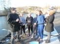 Redakteur Ullrich Schellhaas im Gespräch mit den WKIII-Mädchen und Trainerin Lena Löpker.