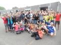 Der Pokal für die erfolgreichste Schule wird gefeiert.