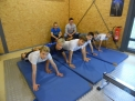 Der Pool der WKIII-Jungen mit den Trainern bei der Wirbelsäulen-Gymnastik.