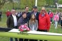 """Peter Strohbecke, Jan Jedamski, Peter Tholl und Helmut Brandebusemeyer mit den beiden Täuferinnen und dem neuen Boot """"Victorious""""."""