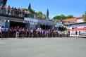 Zahlreiche Schüler und Gäste auf dem Bootsvorplatz.