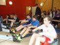 Die 2000er und 99er Jungen beim Training, beobachtet von den 2000er Mädchen.