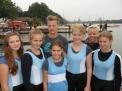 Die 14-jährigen Caro-Mädchen: Sina Hasselberg,  Annika Gehrs, Trainer Aaron Liegmann, Steuerfrau Elisa Saks, Lena Löpker, Trainerin Paula Niehoff und Theresa Hülsmann.